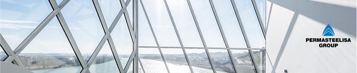 """<p>Il Gruppo Permasteelisa opera a livello internazionale nel settore della progettazione, produzione ed installazione di involucri architettonici, facciate continue e sistemi di interni, collocandosi in posizione di assoluta leadership nel mercato globale di riferimento. In tutti i progetti Permasteelisa contribuisce con il suo Know-How e con la sua esperienza, specialmente per gli<strong>""""Special Features Buildings""""</strong>, dalla fase di progettazione al completamento, raggiungendo le aspettative architettoniche dei suoi clienti.</p> <p>La storia di Permasteelisa ha origine nel 1973 a<strong>Vittorio Veneto</strong>, Treviso, dove ancora oggi si trova l'Headquarters. Negli anni '90 Permasteelisa ha vissuto una fase di forte crescita ed espansione attraverso acquisizioni su scala mondiale che ne hanno sancito la definitiva consacrazione internazionale. Oggi in Italia Permasteelisa conta circa 900 dipendenti e uno stabilimento suddivisi tra Corporate, i dipartimenti di Ingegneria e Design e l'impianto produttivo equipaggiato con la più<strong>moderna ed avanzata tecnologia</strong>.</p> <p>La missione di Permasteelisa è progettare e realizzare opere architettoniche all'avanguardia e innovative al fianco dei grandi nomi dell'architettura contemporanea, applicando soluzioni di<strong>elevato contenuto tecnologico</strong>, realizzando<strong>opere eco-compatibili ed eco-sostenibili</strong>. La qualità degli involucri architettonici e degli interni utilizzati per creare edifici dalle elevate prestazioni viene assicurata da un rigoroso sistema interno di garanzia di qualità e migliorata costantemente attraverso una continua attività di ricerca e sviluppo di nuovi sistemi e tecnologie di progettazione e di costruzione e tramite l'utilizzo di materiali innovativi. L'uso di materiali eco-compatibili, processi eco-sostenibili e l'attenzione al risparmio energetico salvaguardano l'ambiente e migliorano le condizioni di abitabilità degli edifici.</p> <p>Grazie alla divisio"""