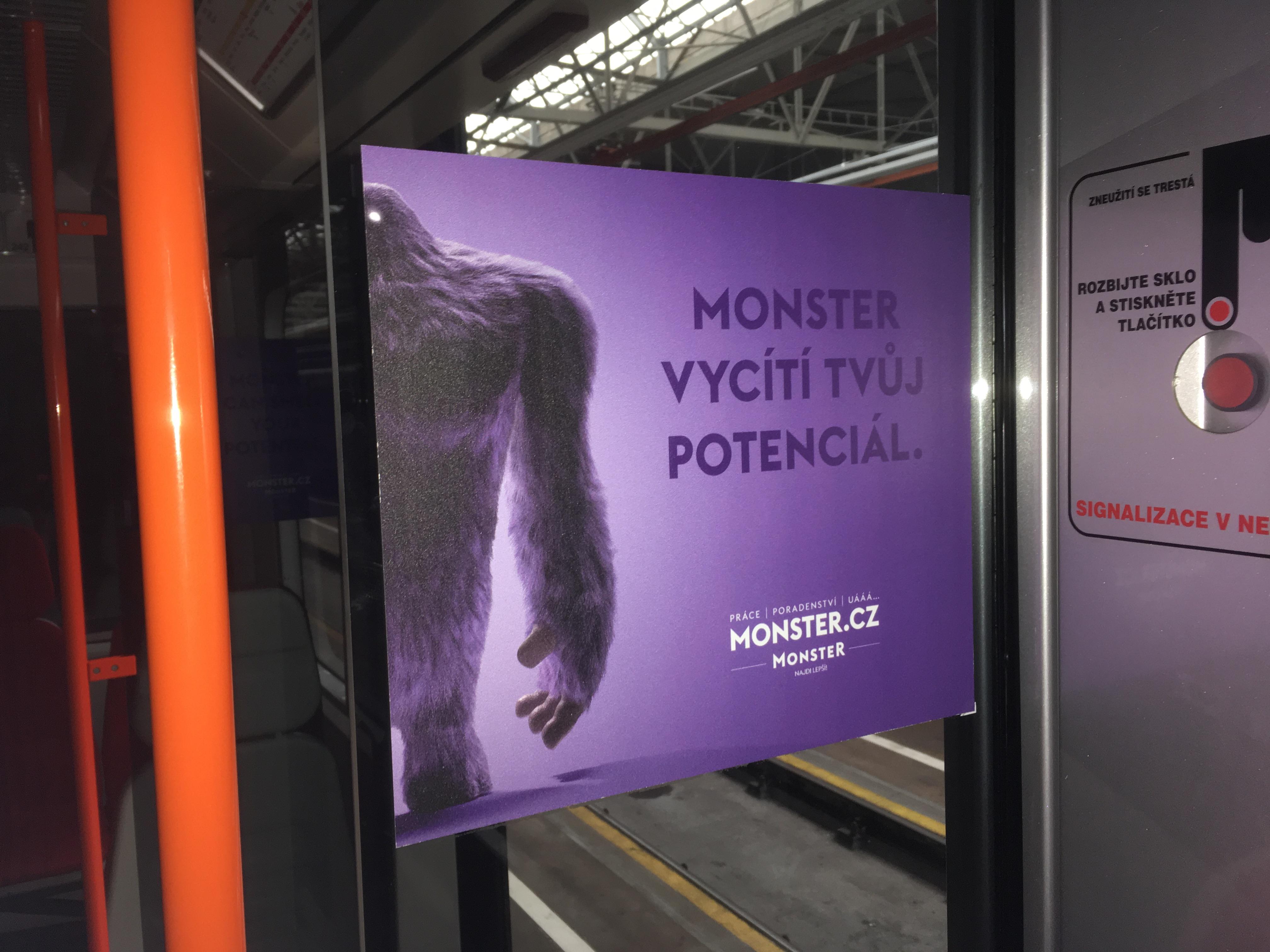 nálepky ve vagonech pražského metra